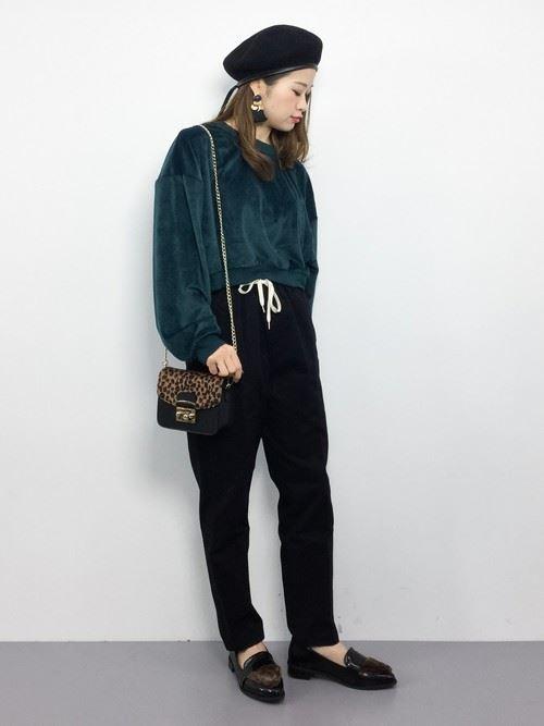 トレンドのベロアトップスをきれいめに着こなした女性のコーディネート画像9