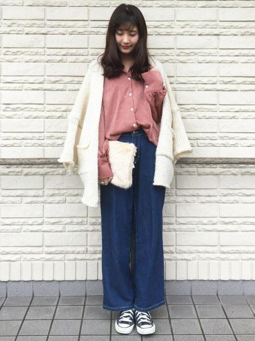 トレンドのベロアトップスをきれいめに着こなした女性のコーディネート画像10
