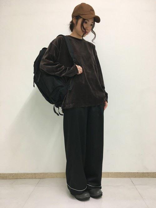 トレンドのベロアトップスをきれいめに着こなした女性のコーディネート画像12