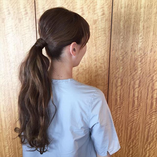 ゴム隠しでアレンジしたロングヘアの女性の髪型画像