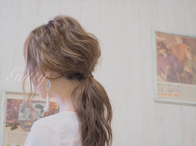 ゴム隠しでアレンジしたシンプルなゆるローポニーテールの髪型画像
