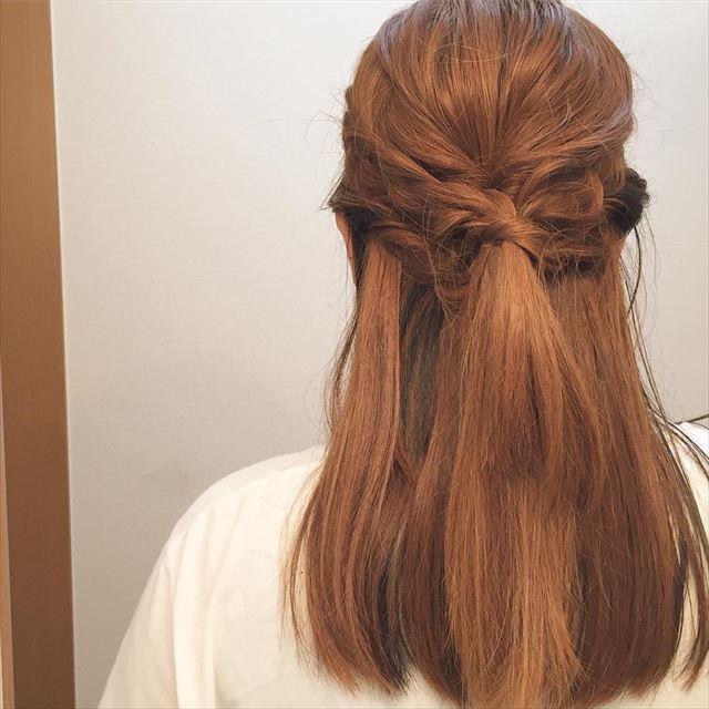 ゴム隠しでアレンジしたハーフアップの髪型画像