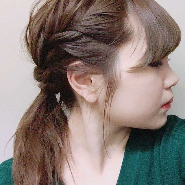 ゴム隠しした編み込みヘアアレンジの女性の髪型画像