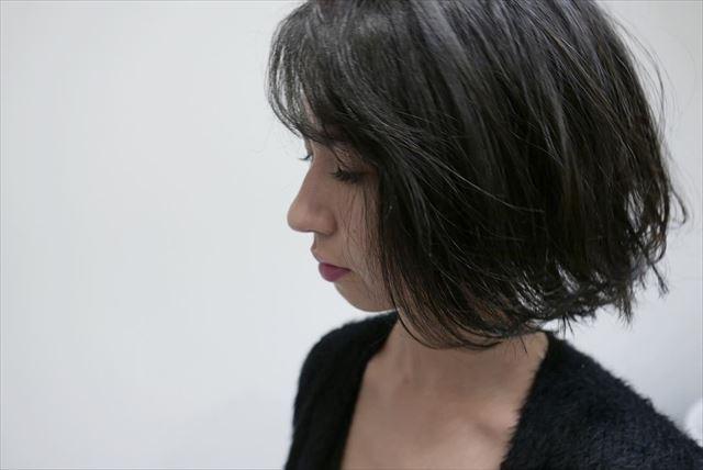 流行の髪色アイスグレーのヘアカラーサンプル画像1