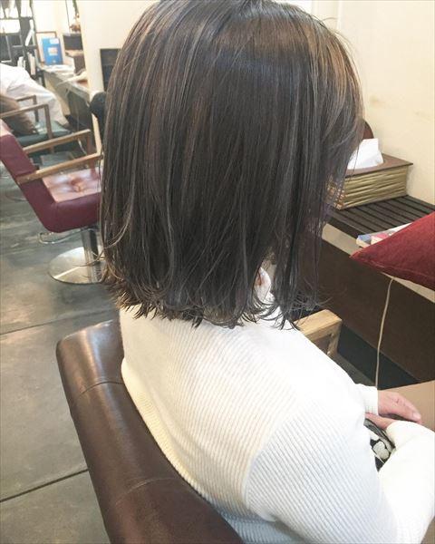流行の髪色アイスグレーのヘアカラーサンプル画像3