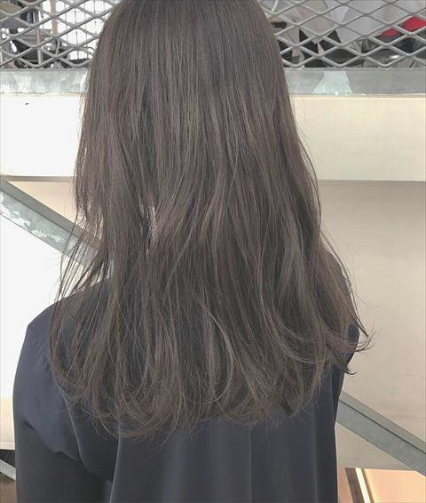 流行の髪色アイスグレーのヘアカラーサンプル画像4