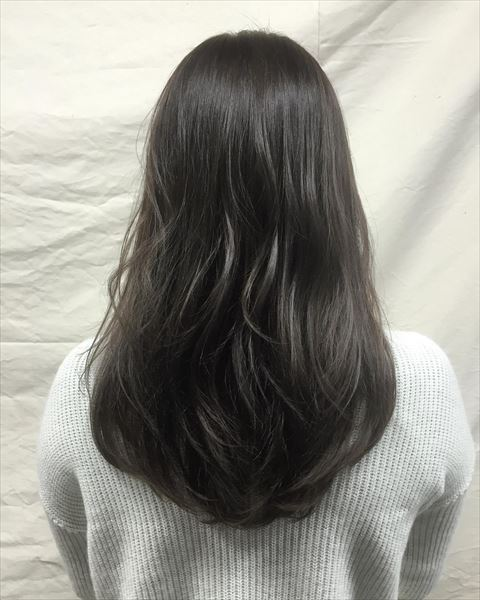 流行の髪色アイスグレーのヘアカラーサンプル画像5