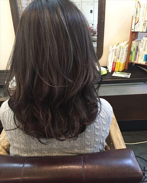 流行の髪色アイスグレーのヘアカラーサンプル画像7