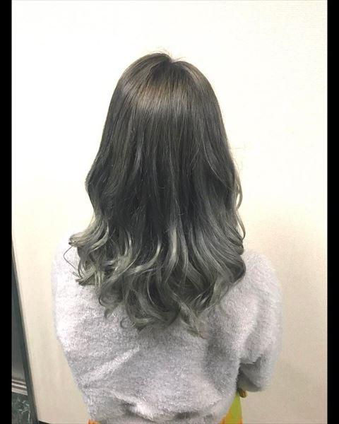 流行の髪色アイスグレーのヘアカラーサンプル画像9