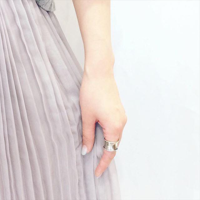 流行のアイスグレーカラーのプリーツスカート画像