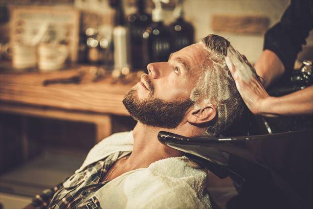 おすすめのメンズシャンプーで髪を洗ってもらう男性の画像