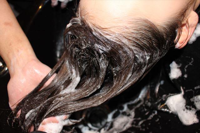 チャップアップシャンプーで髪を洗っている画像3