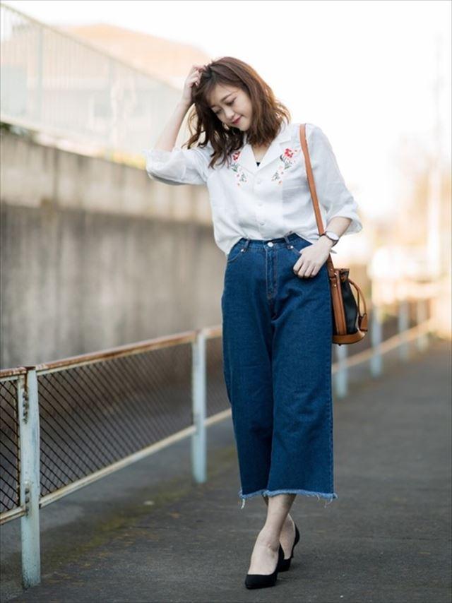 2017春夏トレンドの刺繍ブラウスとワイドデニムパンツを着こなした女性のコーディネート画像