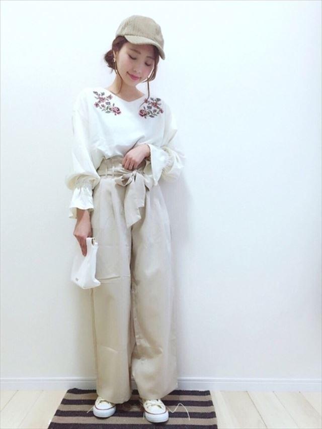 2017春夏トレンドの刺繍ブラウスをパンツで着こなしたレディースコーディネート画像