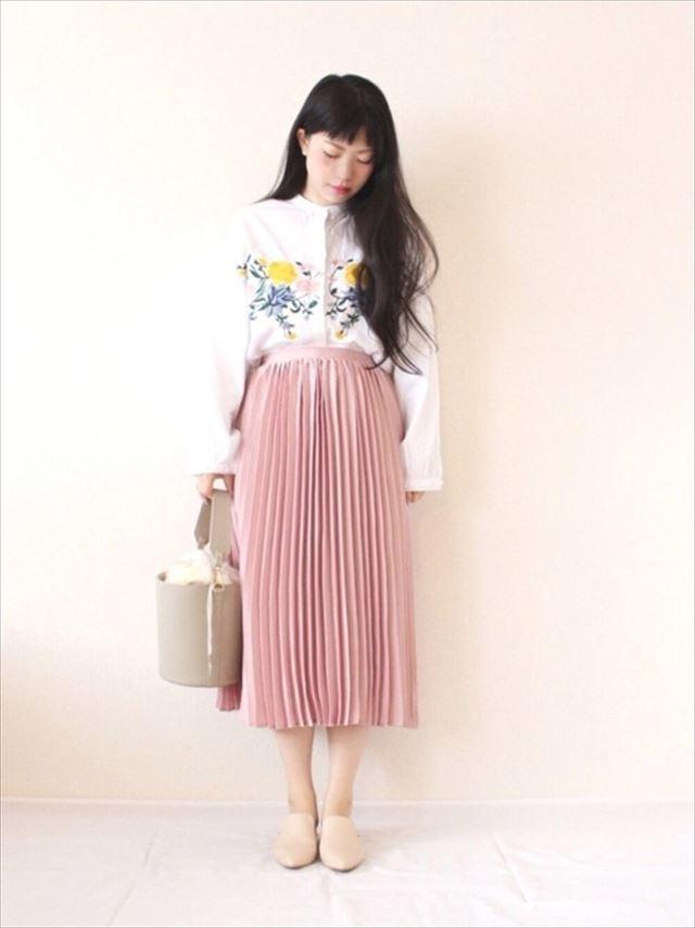 2017春夏トレンドの刺繍ブラウスをプリーツスカートで着こなしたレディースコーディネート画像