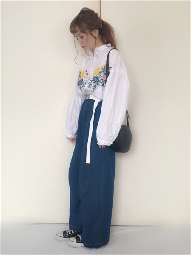 2017春夏トレンドの刺繍ブラウスをワイドデニムで着こなしたレディースコーディネート画像4