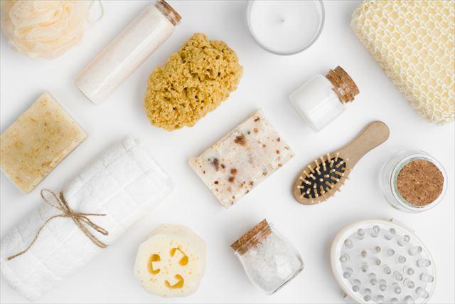 様々なシャンプーブラシとシャンプー商品の画像