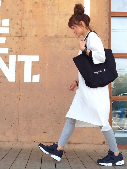 Reebokインスタポンプフューリーをシンプルに着こなした女性の春夏コーデ画像