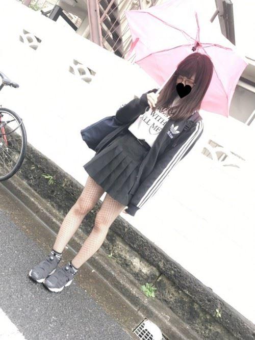 Reebokインスタポンプフューリーをスカートで着こなした春夏コーディネート画像4