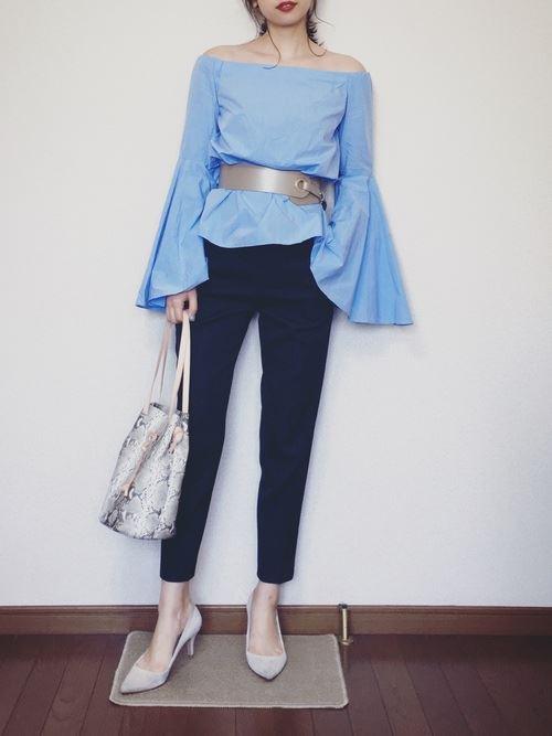 スキニーパンツで着こなす盛り袖ブラウスのコーディネート画像2