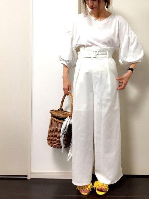 ワイドパンツで着こなす盛り袖ブラウスのコーディネート画像4