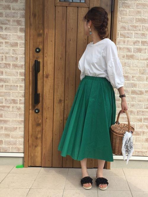 スカートで着こなす盛り袖ブラウスのコーディネート画像1