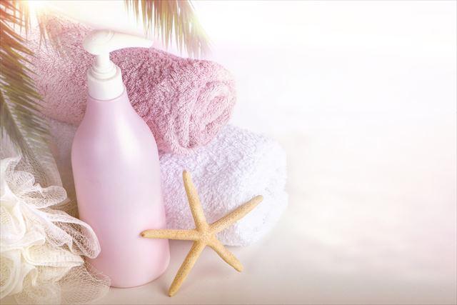夏向けのボディクリームとタオルの画像