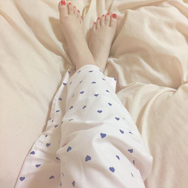 GUのハート柄パジャマを着用した女性の画像
