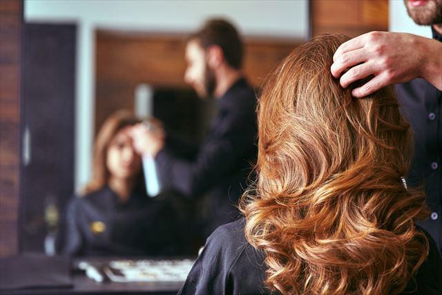 髪のパサつきが気になる女性の後ろ髪の画像