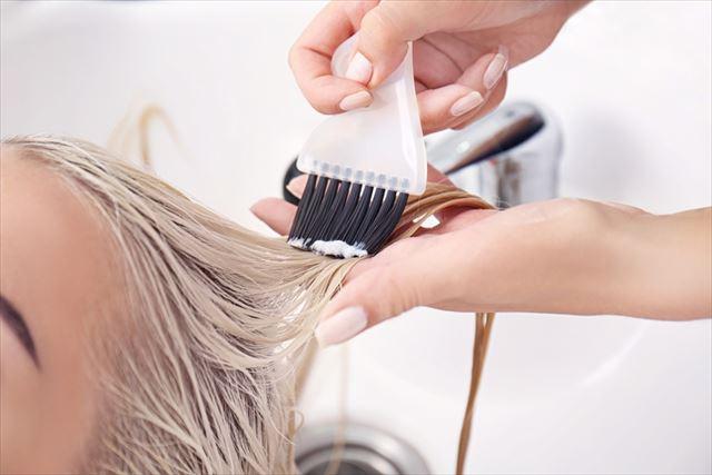 トリートメントを塗っている最中の髪の毛の画像