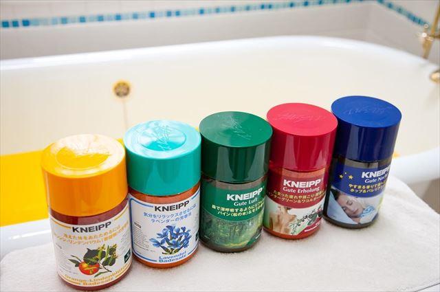 5種類のクナイプボトルが並べられたバスルームの画像