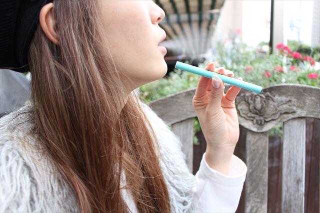 ビタフルを吸って煙を吐く画像