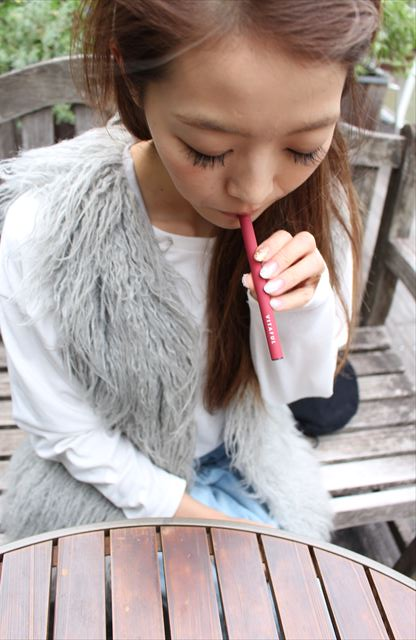 ビタフルチェリーコーラ味を吸うモデルの画像