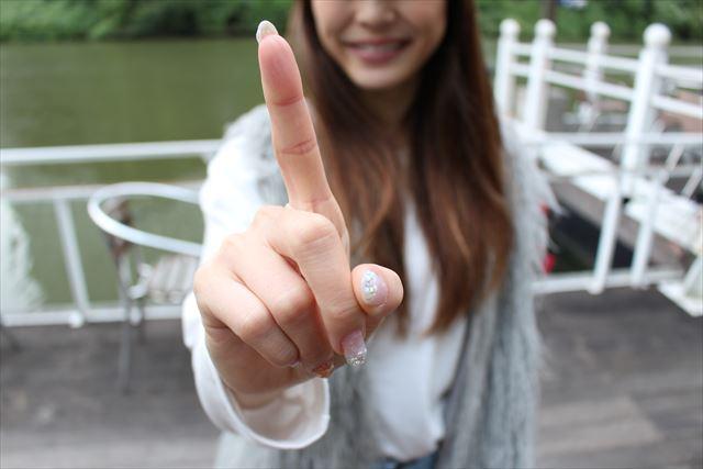 人差し指でポイントを示す女性の画像