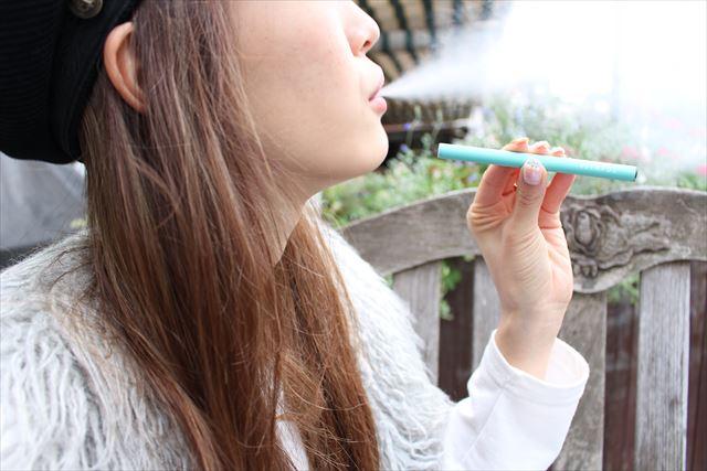 電子タバコビタフルを吸って煙の量を確かめる画像
