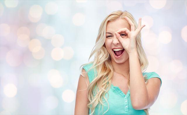 OKサインを出す女性の画像