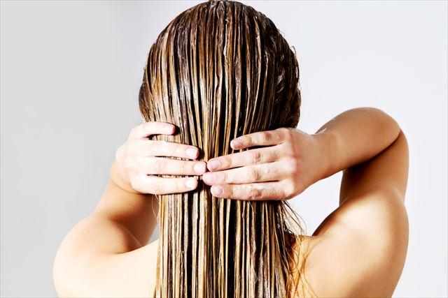 ダメージヘアをケアする女性の後ろ髪画像