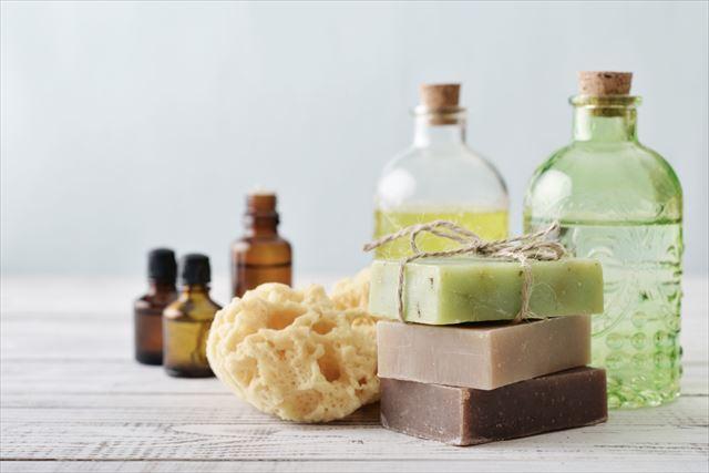 様々な種類のシャンプー製品を並べた画像