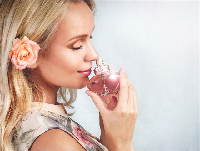 気に入った香水の香りを嗅ぐ女性の画像