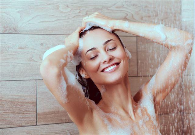 適度な洗浄力のスカルプシャンプーで髪を洗う女性の画像