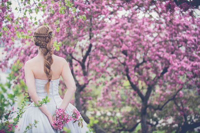 美容ケアで美しくなった花嫁の後ろ姿画像