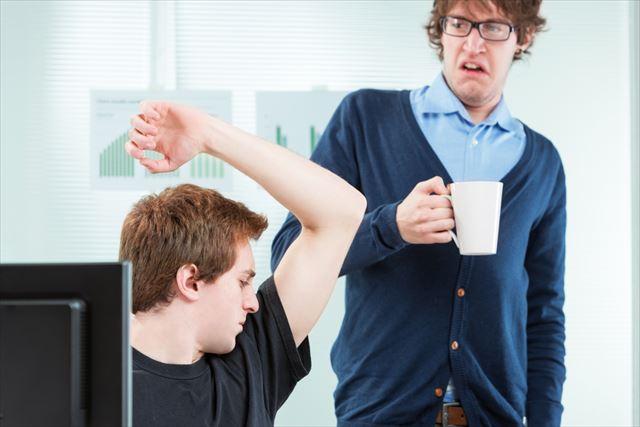 男性のクサい体臭に反応する人の画像