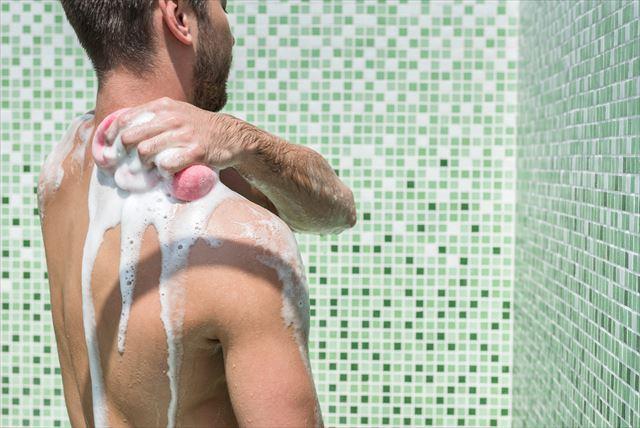 メンズボディソープで全身を洗う男性の画像