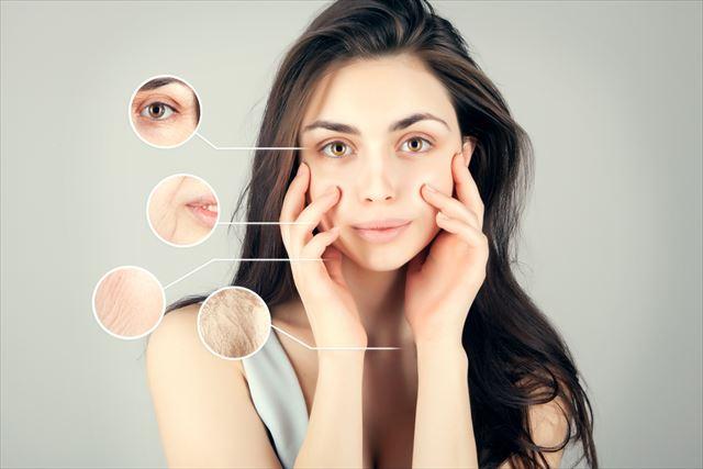 顔のアンチエイジングを機にする女性の画像