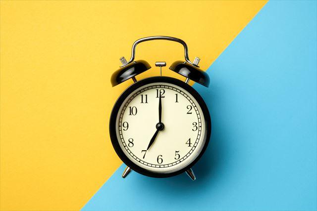朝と夜の7時を示す時計の画像