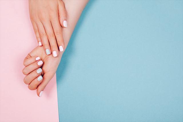 オールインワンジェルを使っている女性の手の画像