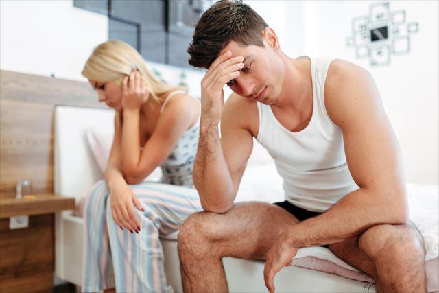 パートナーの乳首の黒ずみに悩む男性の画像