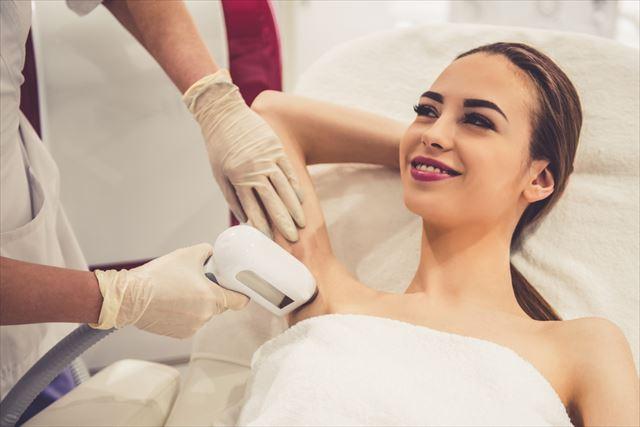 皮膚科で脇のレーザー治療を受ける女性の画像
