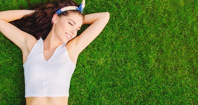 白く美しい脇になって微笑む女性の画像