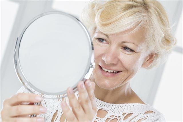 肌が老化してきている女性の画像